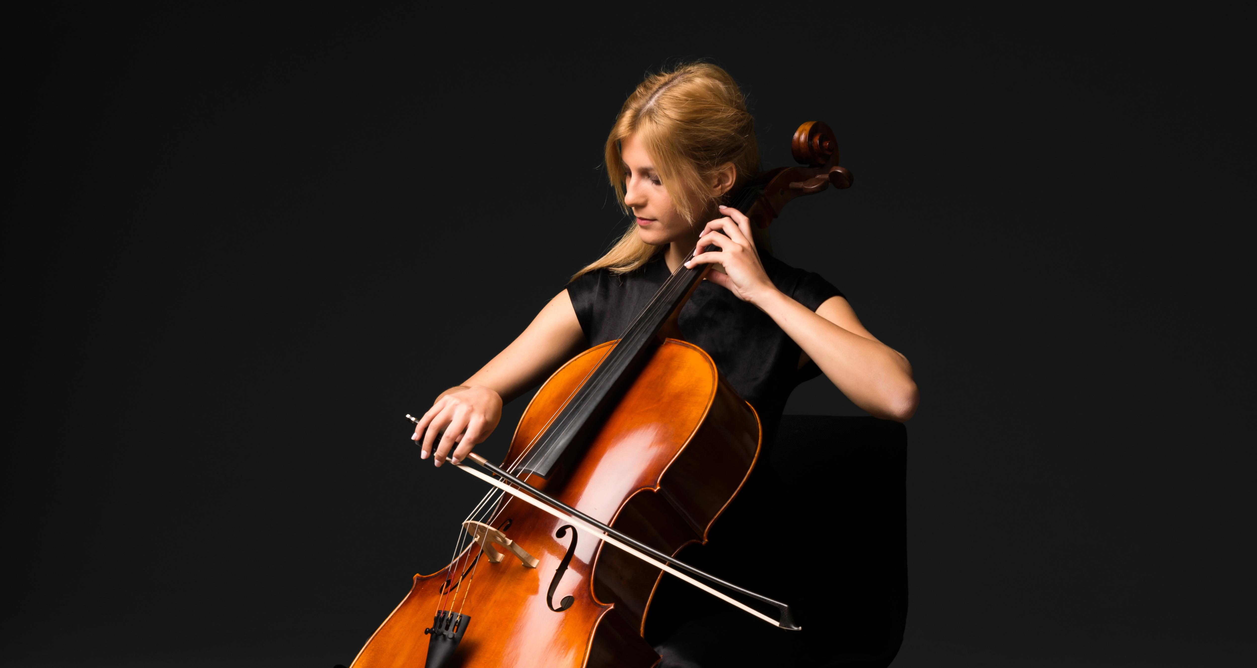 チェロを演奏する。